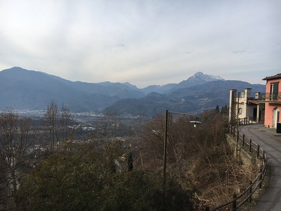 Castelvecchio Pascoli, Italia: Resort itself and view around it