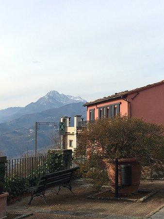 Castelvecchio Pascoli, Italia: Resort itself and view around it