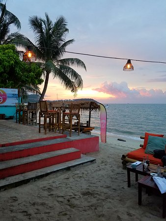 Secret Garden Beach Resort: Gorgeous sunset view from our table!