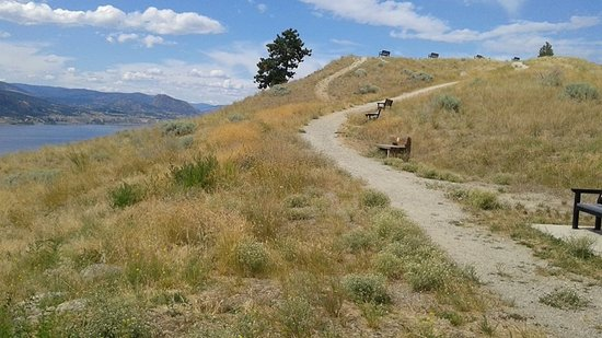 Penticton, Kanada: Benches placed along the trail to the top .
