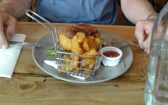 Amberley, New Zealand: Nor'wester Burger with fries