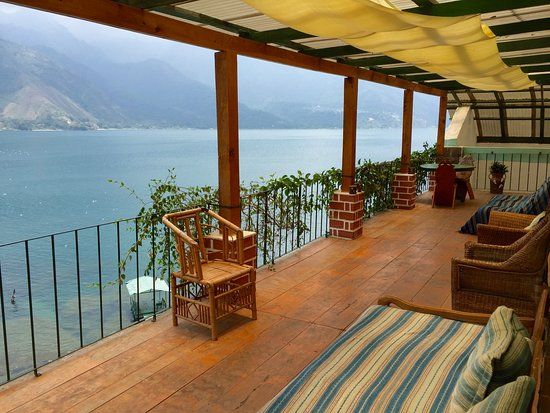 Eco Hotel Uxlabil Atitlan: View from the front door of the room.