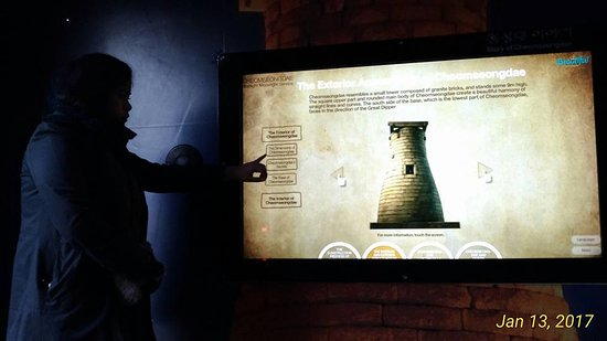 Gyeongju, Coréia do Sul: Interactive digital media information on how the structure was built.