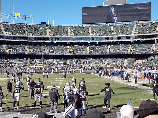 Oakland, CA: Raiders warm up