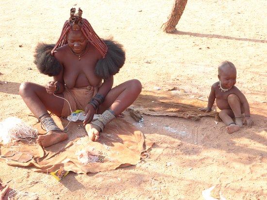 Kamanjab, นามิเบีย: Himba women and her child