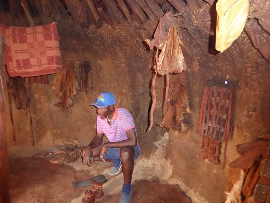 Kamanjab, นามิเบีย: Guide explaining the inside of the house.