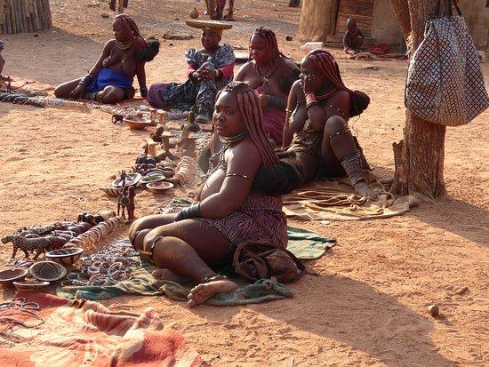 Kamanjab, นามิเบีย: Himba women selling arts and crafts
