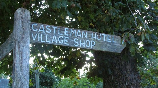 Chettle, UK: Signpost to Castleman Hotel and Restaurant