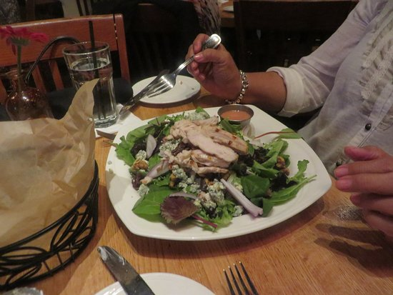 Plymouth, MI: Nice salad with my wife making efforts to stay on the lean side of the menu.