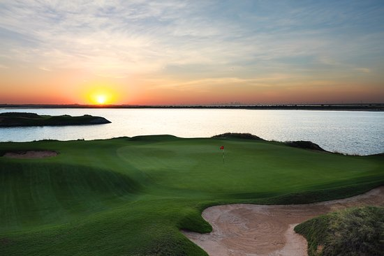 ‪‪Yas Links Abu Dhabi‬: The sun setting on the 17th hole ‬