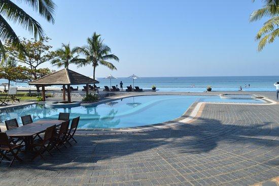 Sunny Paradise Resort: Looks like pool is part of sea.