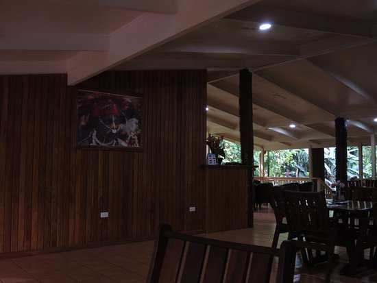 Goroka, Papouasie-Nouvelle-Guinée : Restaurant area beside the jungle creek