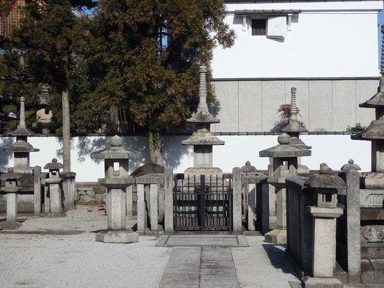 Rozanji Temple: この寺院墓地には数十人の皇室関係の方々が埋葬されています。格式の高さは別格の寺院。