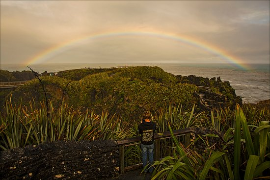 Punakaiki, New Zealand: Rainbow over Pancake rocks NZ