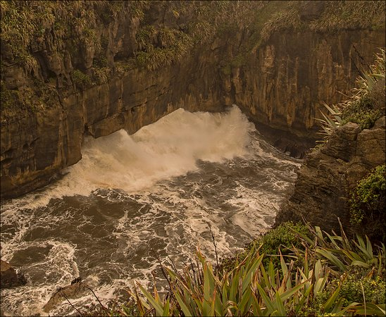 Punakaiki, New Zealand: Bore hole at Pancake Rocks NZ.