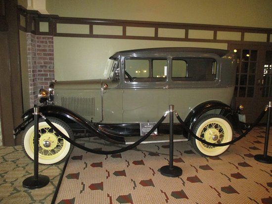 Excelsior Springs, MO: Car in the Lobby.