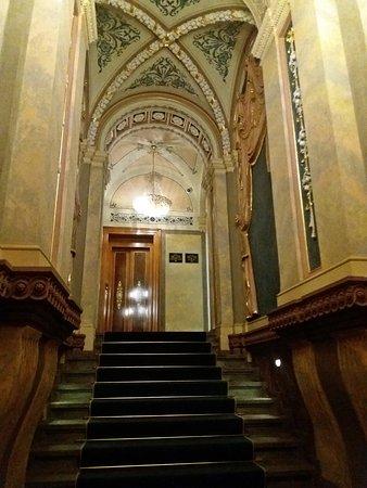 Deminka Palace: Scalinata d'ingresso
