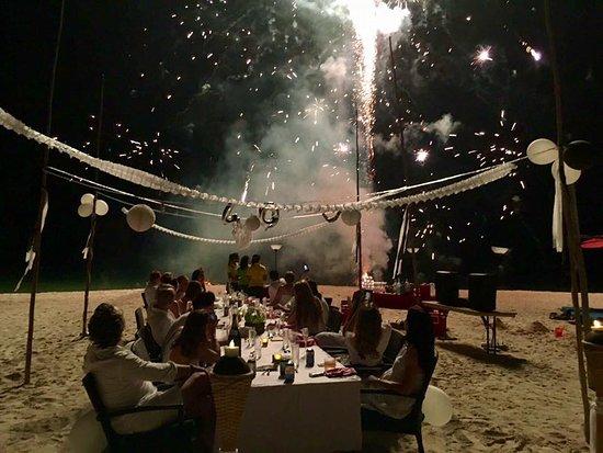 Pulau Joyo: Beach Dinner accompanied by fireworks!