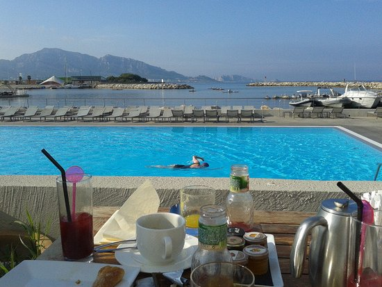 Vu sur la piscine et la mer prise du restaurant de l 39 h tel for Restaurant avec piscine marseille