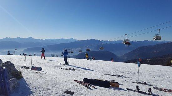 Sattendorf, Austria: а снег только на этой горе....