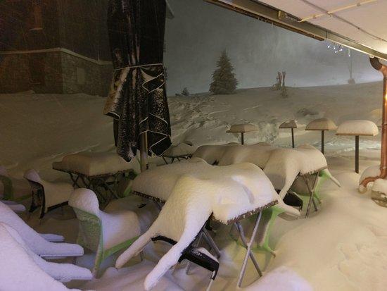 Le New Merib's : Terrace enneigée mais dégagée tous les jours(si la méteo le permet).Idéal pour mesurer la neige