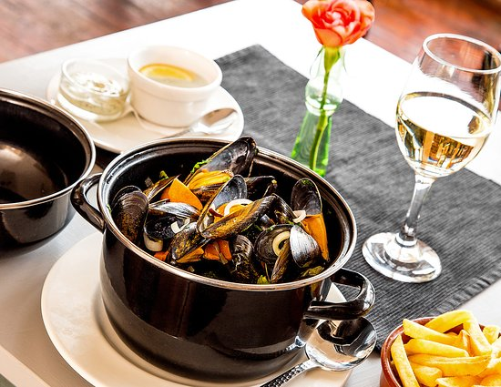 Winslow, UK: Fresh mussels with a bowl of chips, and a glass of house wine.