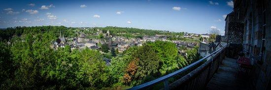 Fougeres, France: Vue exceptionnelle sur le château depuis la terrasse
