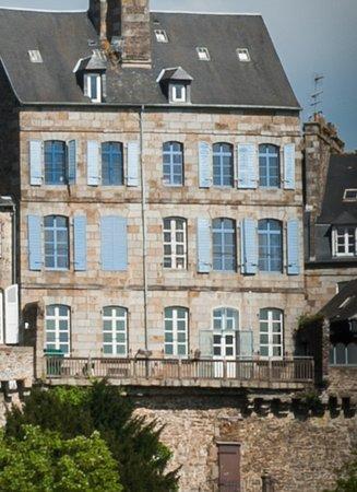 Fougeres, France: L'hôtel particulier Le Mercier de Montigny,façade ouest. Une Nuit sur les remparts!