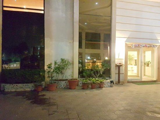Mapple Abhay Jodhpur: Entrance driveway.