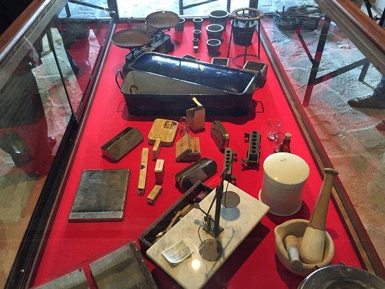 Canete de las Torres, Испания: Vitrina de instrumental de farmacia, Museo Etnográfico Rocío Caracuel Moyano