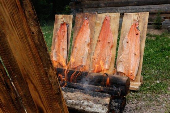 Jamijarvi, Finlandia: Salmon on open fire.