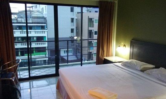 Baan Nitra Guesthouse Patong: Generous balcony