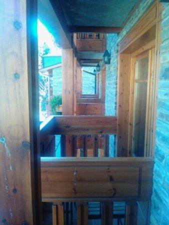 El Tarter, Andorra: les balcons en bois des chambres