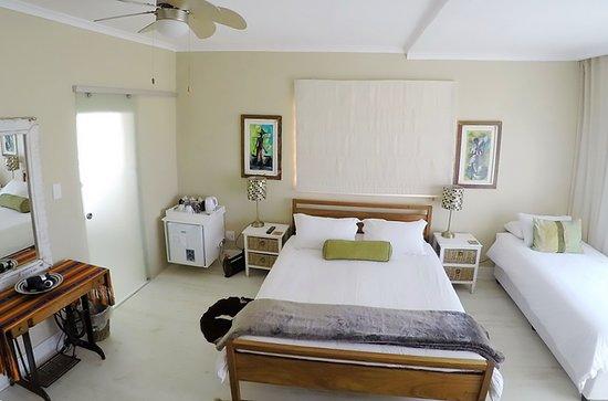 Dolphin Inn Guesthouse, Mouille Point : SeaFacing Single / Double on ground floor. Ensuite, TV, WiFi, Mini bar, Tea & Coffee.