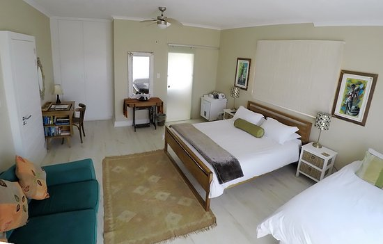 Dolphin Inn Guesthouse, Mouille Point: SeaFacing Single / Double on ground floor. Ensuite, TV, WiFi, Mini bar, Tea & Coffee.