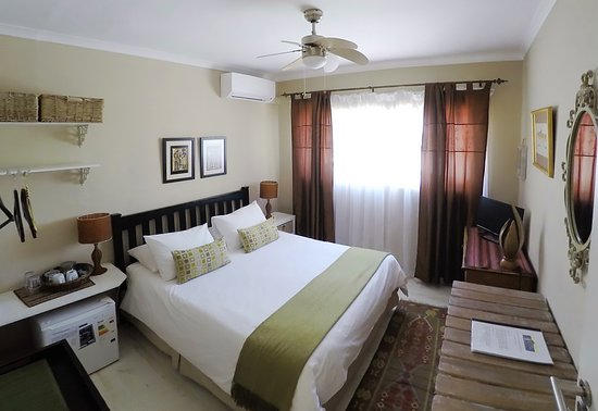 Dolphin Inn Guesthouse, Mouille Point : Single / Double with AirCon. Ensuite, TV, WiFi, Mini bar, Tea & Coffee.