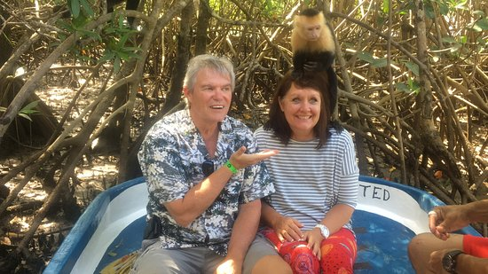 Quepos, Costa Rica: Hubby and me feeding the monkeys!