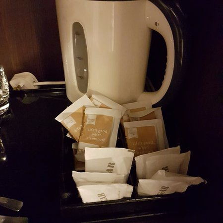 Peninsula Excelsior Hotel: plenty of white sugar+cream but no tea or coffee. No idea why they keep adding these in.