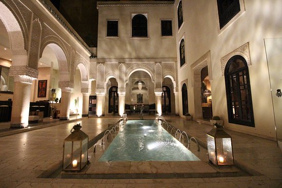 Riad Fes - Relais & Chateaux: The reflection pool area.... perfect place to relax before dinner!