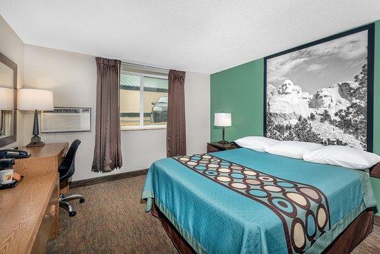 Pierre, SD: Queen bed Room
