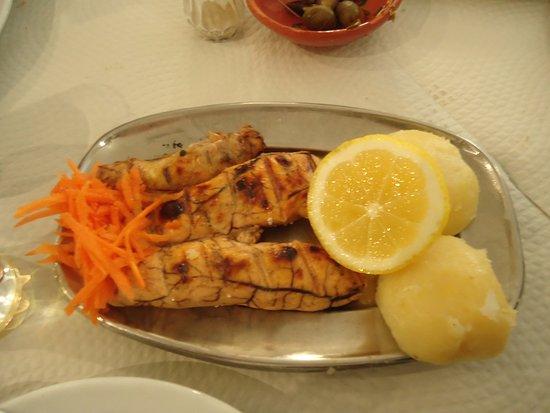 Alcochete, Portugal: Ovas grelhadas com batatas cozidas. As batatas nada saborosas.