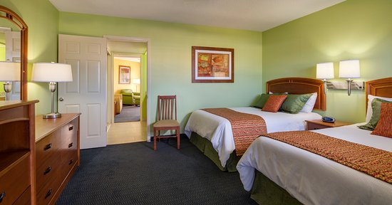 Alden Suites: Separate Bedroom, Living room, kitchen  and Poolside Balcony