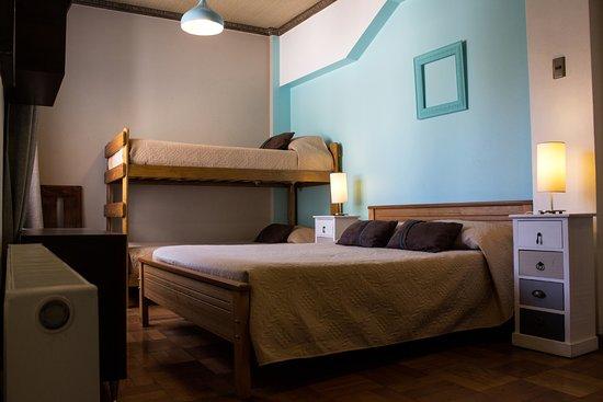 Hostal Providencia: Superior family room (private and shared bathroom)
