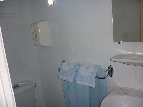 Torreilles, Francia: Salle d'eau d'une des chambres trois couchages.