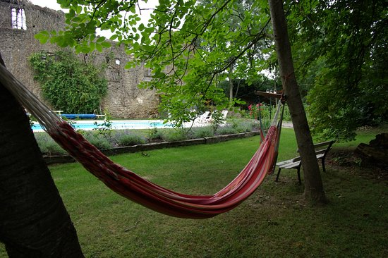 Leran, Frankrijk: Laze away a warm afternoon in the hammock with the occasional cooling dip just to make it perfec
