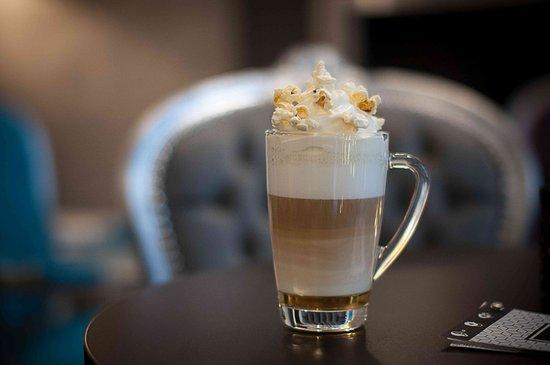 Katowice, Polonia: kawa z bitą śmietaną popcornową