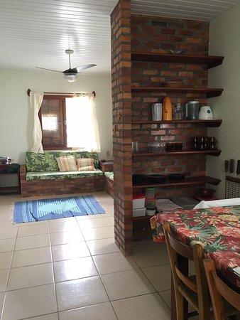 Pousada Barratur: Vista da sala e parte da cozinha