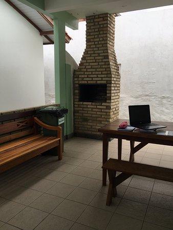 Pousada Barratur: Churrasqueira e mesa na área da casa