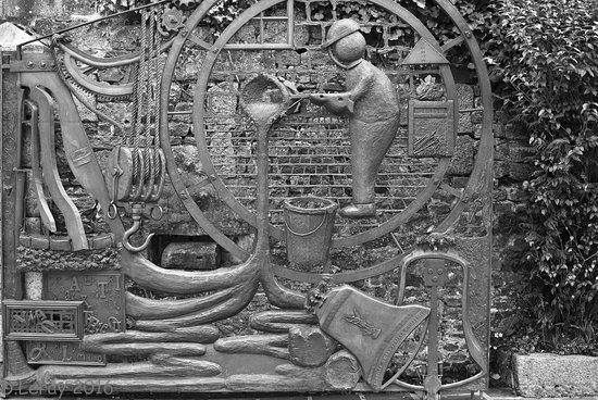 Villedieu-les-Poeles, Fransa: Un détail du portail de la fonderie
