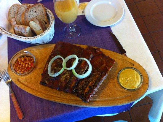 Hradec Kralove, สาธารณรัฐเช็ก: 600 g Spare-ribs - grilovaná vepřová žebírka, mexické fazolky